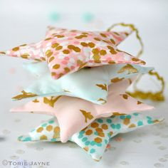 Free pattern & tutorial - Fabric stars by toriejayne - hang on the tree or make a starry garland, thanks so xox  ☆ ★   https://www.pinterest.com/peacefuldoves/