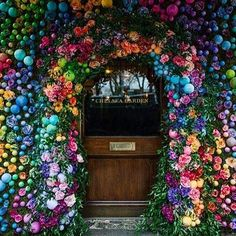 This years' Easter installation at @ivychelsgarden by @earlyhoursltd - everything is done so proper across the pond.  @binkynixon