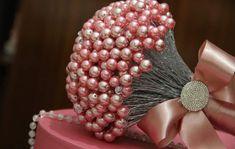Buquê de pérolas e cristais (noiva) no Elo7 | Entre Noivas Buques (8A1C62) Cake Bouquet, Deco, Flowers, Pearl Bouquet, Brooch Bouquets, Cushion Wedding Bands, Crystals, Bouquets, Rhinestones