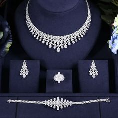 Antique Jewellery Designs, Fancy Jewellery, Gold Earrings Designs, Jewelry Design, Bridal Jewellery Inspiration, Indian Bridal Jewelry Sets, Wedding Jewelry Sets, Real Diamond Necklace, Expensive Jewelry
