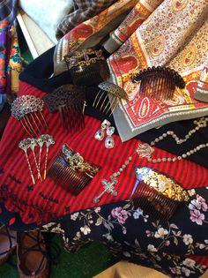 Peinetas y complementos para indumentaria aragonesa. Refajo antiguo Indiana y abarcas de cuero con suela