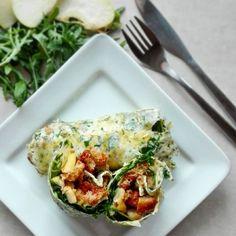 Wrapy ziołowe z omletów na 350 kcal. Wymagają dobrej patelni do naleśników. 😉 B: 20g T: 17g W: 33g Bł: 3g ➖➖➖➖➖➖➖➖➖➖➖➖➖➖➖➖➖ 2 jajka 2-3 łyżki zimnej wody 2-3 łyżki zieleniny (natka pietruszki, koperek, szczypiorek) pieprz  Jajka rozbełtać z wodą i posiekaną zieleniną. Smażyć na lekko rozgrzanej patelni, żeby jajka się powoli ścięły (na mocno rozgrzanej zaczną się smażyć i wyjdzie jajecznica). U mnie wyszło dwa omlety około 24 cm.  Dodatki: 2 garście rukoli 60 g gruszki 20 g chleba 10 g…