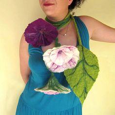 could be cute to make a huge flower for a class decoration! Felted Flowers, Fabric Flowers, Fabric Flower Necklace, Felt Necklace, Class Decoration, Hair Decorations, Renaissance Fair, Nuno Felting, Felt Diy