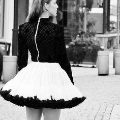 🎀Happy Tuesday! This is one of the 📸 from my latest blog post check it out if you want to see more. | 🎀Krasny utorok prajem! Ak ste este necitali na blogu je novy prispevok v ktorom sa dozviete viac nie len o tomto outfite ale aj o tom chat o tom ako si splniť sny a ciele. Vidíme sa na luciasblog.sk #Dolly #HMxBalmain #HMxBalmaination #luciasblogsk