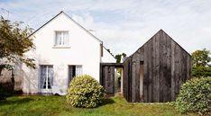 Extension en bois brulé pour cette maison bretonne par Niney et Marca architectes entre le parc de Brière et le golfe du Morbihan (France)