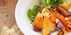 Pese perunat ja leikkaa ne kuorineen lohkoiksi. Kuori porkkanat, bataatti ja punasipulit. Leikkaa ne reiluiksi paloiksi. Paloittele myös purjo. Laita kaikki kasvikset uunivuokaan ja lisää myös rapsiöljy, suola, mustapippuri, hunaja sekä yrtit. Kääntele aineksia vuoassa niin, että maut sekoittuvat hyvin. Paloittele pinnalle fetajuusto rouheasti käsin. Paahda 200-asteisessa uunissa 35-45 minuuttia n