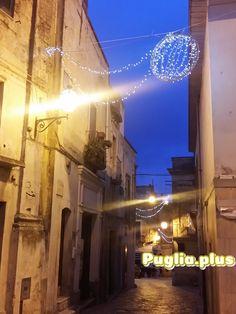 In der Adventzeit, über Weihnachten oder zu Silvester nach Apulien reisen. Am Bild Weihnachtsbeleuchtung in Oria, hübsche Stadt im Salento. Advent, Christmas In Italy, Christmas Vacation, Xmas Lights, New Years Eve, City, Viajes, Pictures