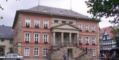 Detmold (Nordrhein-Westfalen): Detmold ist eine Stadt in Ostwestfalen-Lippe (OWL) im Land Nordrhein-Westfalen. Sie liegt etwa 100 Kilometer südwestlich von Hannover und rund 30 Kilometer östlich von Bielefeld. Mit ungefähr 73.000 Einwohnern ist Detmold eine Große kreisangehörige Stadt und gleichzeitig die größte Stadt im Kreis Lippe. Die Musikhochschule und die Hochschule OWL machen Detmold gleichzeitig zu einer Hochschulstadt. Von 1468 bis 1918 war sie die Residenzstadt der Herren, Grafen…