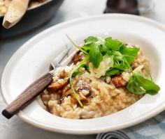 En perfekt kokt risotto är krämig och riset har kvar lite tuggmotstånd. Följ det här grundreceptet på svamprisotto och du har alla chanser att lyckas. Kastanjechampinjonerna i risotton går utmärkt att byta ut mot andra goda svampar som kantareller, karljohansvamp eller portabella till en ännu lyxigare vegetarisk festrätt.
