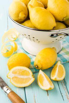 La gialla e profumata buccia di limone grazie alla sua ricchezza in limonene, vitamina C, flavonoidi e citrale ha molte incredibili proprietà.