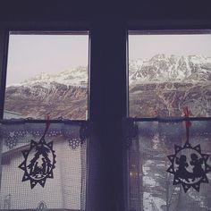Guten Morgen! . . . . . . #andermatt #swissalps #switzerland #woodenchristmasdecorations #rusticdecor #mountains #snow #igerseurope #igersswitzerland #vintagestyle #alpinechristmas #alpinestyle