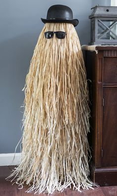 20 Super Easy & Affordable DIY Halloween Decorations Cousin Itt Halloween Prop Source by southernwreaths Comida De Halloween Ideas, Dulceros Halloween, Adornos Halloween, Dollar Store Halloween, Outdoor Halloween, Holidays Halloween, Halloween Tutorial, Homemade Halloween, Halloween Party Costumes
