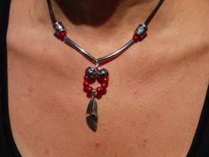 Collier perles de verre rouges et breloque plume : Collier par axellecreations