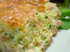 Omelete de Forno -Pré-aqueça o forno à 200 graus e unte uma forma pequena e alta (cerca de 20 x 30 cm). -Bata no liquidificador meia dúzia de ovos, junto de 300 gramas de mussarela picada, uma colher de manteiga e uma pitada de sal. -Deixe bater por cinco minutos pelo menos. É importante, pro seu omelete ficar bem alto e aerado. -Enquanto o liquidificador bate os ovos, pique 300 gramas de peito de perú fatiado e um punhado de salsinha. continua...