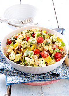 Die Sommerparty ist gerettet! Denn diesen Nudelsalat mit Paprika, Tomaten, Zucchini, Pilzen und Mozzarrellakugeln werden deine Gäste lieben. Davon bleibt garantiert nichts übrig!
