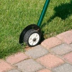 Tips for an easy-care lawn edge - Lawn edging roller More - Lawn Edging, Garden Edging, Lawn And Garden, Herb Garden, Beautiful Flowers Garden, Beautiful Gardens, Garden Projects, Garden Tools, Planting Tools