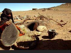 Four de sable : cuisson du pain. Merzouga (Maroc)