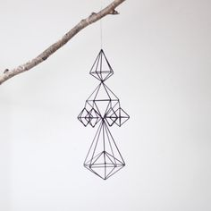 Mobiles are no longer just for nurseries, and I couldn't be more pleased. These himmeli straw mobiles from AM. Mobiles, Straw Sculpture, Diy Bebe, Hanging Mobile, Wire Art, Traditional House, Art Deco, Creative, How To Make