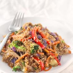 Quinoa Stir Fry with Vegetables. - Save some time cooking big batches of quinoa or rice to make healthy meals during the week like this quinoa stir fry with vegetables. It's so tasty! Quinoa Stir Fry, Fried Quinoa, Vegan Stir Fry, Healthy Stir Fry, Quinoa Bowl, Quinoa Salad, Fried Rice, Vegan Blogs, Vegetarian Recipes