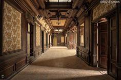 Pałac w Bożkowie. Wzniesiony w XVI wieku przez hrabiego von Magnis. Pałac w obecnym kształcie powstał w latach 1787-1791 z przebudowy wcześniejszej budowli z fundacji Aleksandra von Magnis. Po 1945 roku pałac przeszedł na własność skarbu państwa (a od 1999 starostwa) i przez wiele lat mieściła się w nim szkoła. W 2005 starosta kłodzki sprzedał zamek spółce Fenelon Group za 2,5 mln zł. W roku 2010 kupił go inwestor z Sobótki. Obecnie obiekt popadł w ruinę.
