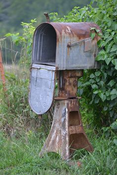 Looking for mailbox ideas for your landscape? Here are creative mailbox landscaping ideas from other materials: vintage, stone, wood. Country Mailbox, Old Mailbox, Vintage Mailbox, Mailbox Ideas, Rural Mailbox, Mailbox Post, Mailbox Garden, Large Mailbox, Garden Junk