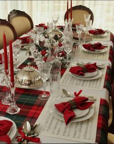 Christmas Dining Table, Christmas Table Settings, Christmas Tablescapes, Farmhouse Christmas Decor, Christmas Centerpieces, Holiday Tables, Elegant Christmas, Christmas Home, Christmas Kitchen