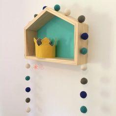 Guirlanda de Bolinhas de Feltro Combinação Azul e Verde, junto ao nosso nicho casinha feito em madeira maciça (40cm x 30cm x 10cm) com fundo verde água, para decoração de quartos e festas infantis