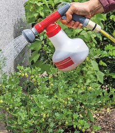 Bei Düngen muss man vorsichtig sein. Mit der Pflanzenspritzer Aquamix ist das Vergangenheit: Das Düngermischgerät wird direkt an den Gartenschlauch angeschlossen. So brauchst du keine Gießkanne mehr, um Dünger auszubringen. Wir haben das Gartengerät ausprobiert.