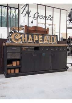 Enfilade d'atelier en bois avec tiroirs