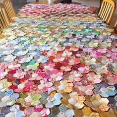 Progress on my scrappy flower hexagon quilt Quilting Tips, Quilting Tutorials, Quilting Projects, Sewing Projects, Fabric Manipulation Tutorial, Dear Jane Quilt, Hexagon Quilt, English Paper Piecing, Applique Quilts