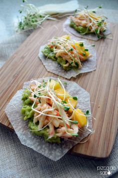 Deliciosos y frescos tacos de jícama laminada que simulan tortillas. Rellenos de surimi o cangrejo con chipotle, mango, aguacate y germinado. Saludables y fáciles.