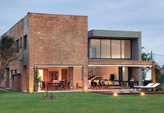 Fachada de casa de tijolo aparente