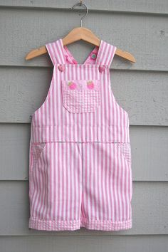 Sewing Clothes Make It: Little Girl's Overalls - Free Pattern Toddler Dress, Toddler Outfits, Baby Outfits, Kids Outfits, Children's Outfits, Girl Toddler, Baby Clothes Patterns, Kids Patterns, Clothing Patterns