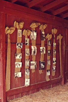 Não tem cortina? Pendure as fitas direto na parede com um preguinho e disfarce com algum enfeite, neste caso foi um laço!
