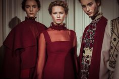 En backstage du défilé Valentino printemps-été 2015 http://www.vogue.fr/mode/inspirations/diaporama/backstage-du-dfil-valentino-printemps-t-2015/18816/carrousel#10