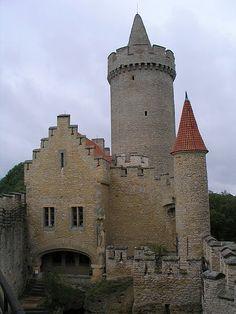 Hrad Kokořín; středověký hrad (po r. 1320) s rozsáhlou romantickou rekonstrukcí z počátku 20. století