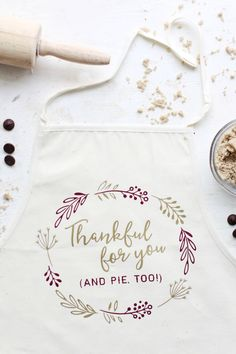 DIY Thankful Holiday Apron - The Pretty Life Girls | Using your Silhouette, Cricut, or other cutting maching, this DIY heat transfer vinyl apron is the perfect craft to make for a host gift or Thanksgiving day apron!  #diyhostgift #diygiftideas #vinylcrafts #htv