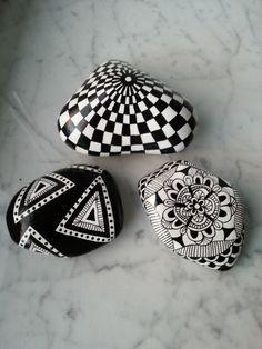 Black and white hand painted rocks art stone. Pebble Painting, Dot Painting, Pebble Art, Stone Painting, Painting Stencils, Stone Crafts, Rock Crafts, Pebble Stone, Stone Art