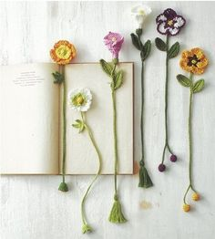 Botanical small crochet with embroidery thread Crochet Girls, Diy Crochet, Crochet Crafts, Yarn Crafts, Crochet Projects, Diy Bookmarks, Crochet Bookmarks, Crochet Books, Crochet Bookmark Patterns Free