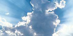 Raios de sol brilhando atrás das nuvens