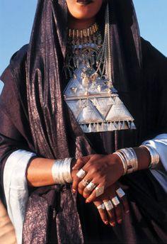 Africa | Tuareg woman; jewellery details | ©Frans Lemmens