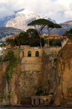 Sorrente, commune de la province de Naples en Italie, connue pour ses nombreux cours d'eau venus des hauteurs qui convergents à cet endroit et ses légendes sur les sirènes ...  A voir : les falaises, la Marina Piccola, la Marina Grande, la Piazza Tasso, la Piazza Orologio, les hameaux aux alentours, le sentier de Nerano à la Tour de Montalto (XVIème), ...