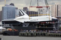 NEW YORK.- The space shuttle Enterprise is hoisted by crane onto the flight deck of the Intrepid Sea, Air and Space Museum, Wednesday, June 6, 2012 in New York.