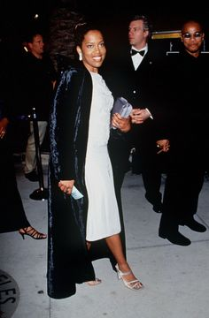 Regina King in a white dress and square-toe sandals at the 1999 Academy Awards. 90s Shoes, Regina King, S Icon, Katie Holmes, Celine Dion, Academy Awards, Oscars, Black Girl Magic, 90s Fashion