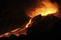 ERUPCION DE UN VOLCAN. Lava y nubes de humo y gas salen de un volcán el jueves 27 de noviembre de 2014, en la isla de Fogo, cerca a Cha das Caldeiras, Cabo Verde. Siete fuentes de lava de la erupción volcánicaen la isla de Fogo empezaron a fluir desde el último domingo hasta hoy, en un fluido de lava de 1 km de largo. (EFE/Joao Relvas).