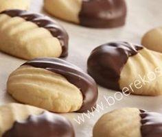 Smelt in die mond lekker – (maak Bestanddele sagte botter 120 ml versiersuiker, gesif 700 ml Bruismeel tl sout 20 ml melk blok melksjokolade, oor dubbel koker of in mikrogo… Biscuit Cookies, Biscuit Recipe, Cupcake Cookies, Cupcake Toppers, Kos, Baking Recipes, Cookie Recipes, Baking Desserts, Dessert Recipes