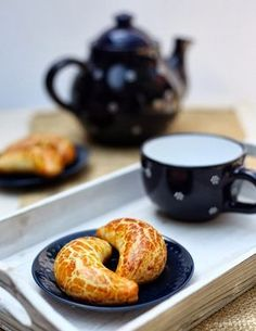 Pozsonyi kifli (diós krémmel töltött) Hungarian Recipes, Creative Cakes, Lemon Grass, Bagel, Scones, Doughnut, Cake Recipes, Favorite Recipes, Sweets