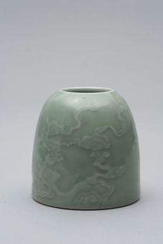Objet de lettré, récipient pour rincer les pinceaux en fine porcelaine incisée de nuages célestes «tsi» en forme de «ruyi», émanant de la base en formation vaporeuse, sous couverte monochrome céladon à douce tonalité vert pâle translucide. Marque de l'Empereur Kangxi à six caractères en bleu cobalt sous couverte à la base. Chine. Dynastie Qing. Période de l'Empereur Kangxi -1662 à 1722. Photo Antoine Aguttes