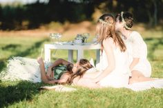 Gäste sitzen im Grünen auf einer Decke