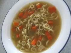 Soupe poulet et nouilles maison | coupdepouce.com Soup Recipes, Healthy Recipes, Weight Loss Soup, Food Inspiration, Macaroni, Lose Weight, Food And Drink, Ethnic Recipes, Sauce Spaghetti